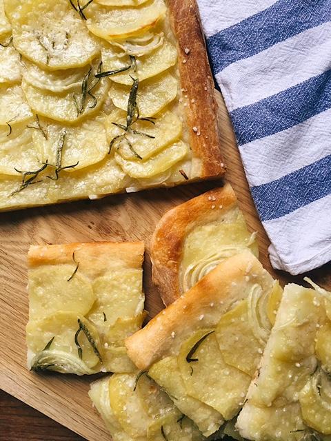 plānā kartupeļu maize ar sīpoliem - tajās reizēs, kad mani nomācis absolūtākais slinkums, vakariņās taisu dārzeņu biezzupas. visus mājās esošos zaļumus salieku katliņā, savāru, pielieku kausēto sieru un pašās beigās pārberu ar dažiem maizes grauzdiņiem. ir arī tādas reizes, kad zupai prasās klāt kaut kas.. vēl. šādā vienā aukstā dienā tapa šī kartupeļu maize. to var saukt arī par veģetāro picu, bet man tā liekas vairāk kā fokača ar ļoti garšīgu augšpusi. nu, forši, visa maģija ir vienkāršajā, bet tik ļoti gardajā.