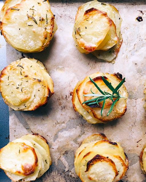 ļoti stilīgie kartupeļi - sastāvdaļas šai superkraukšķīgajai receptei ir gandrīz tieši tik vienkāršas kā ceptiem kartupeļiem augstskolas kojās (nekad neesmu dzīvojusi kojās, bet man šķiet, ka tas ir otrs populārākais koju ēdiens uzreiz aiz roltoniem), bet rezultāts ir ārkārtīgi izdevies.