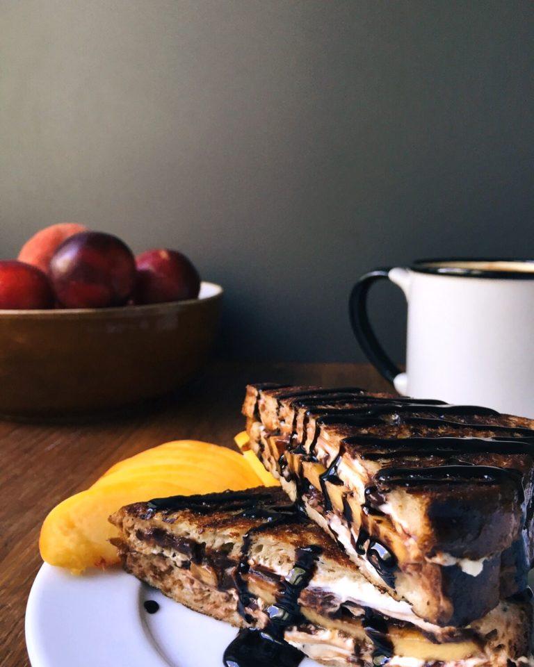 3 karaliski gardas ašās brokastmaizes (saldas un sāļas) - ai pagatavotu karaliskas brokastis agros vai vēlākos rītos, nemaz nevajag daudz laika un pilnu ledusskapi, tāpēc šeit būs iedvesma 3 pavisam vienkāršu saldu & sāļu brokastmaižu pagatavošanai.