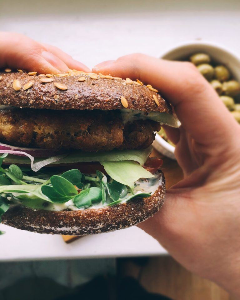 tunčburgers ar maģisko burgeru mērci - tunčburgera labākā daļa slēpjas majonēzes tipa (nē, ne tās kas veikalā) mērcē un tunča kotletē, ko iespējams pagatavot no bundžiņās nopērkamajiem tunča gabaliņiem. man patīk tādas ašas idejas un vēl ašāks izpildījums.