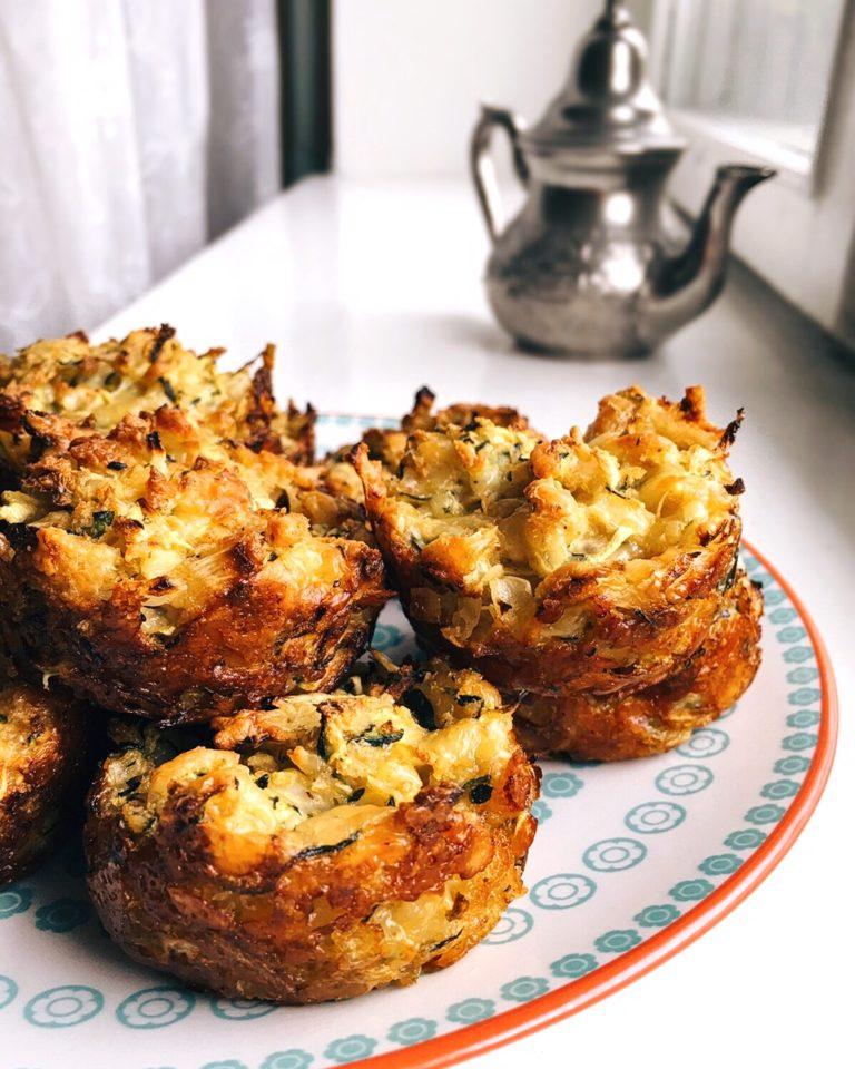 cukīni un siera uzkoda - veikalos plaukti pilni ar zaļiem un sulīgiem cukīni, kas paši lec groziņā. recepte sierīgām uzkodām, kas noderēs draugus ciemos sagaidot vai vakariņās pie zupas piekožot.
