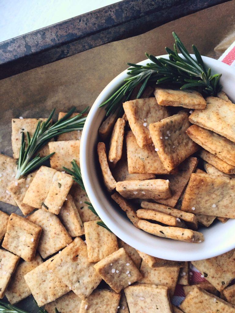 supergardie rozmarīna krekeri - vispār mans otrais vārds ir Krekeris. man ļoti, ļoti garšo krekeri. un šeit ir rozmarīna krekeri. mani mīļākie krekeri.