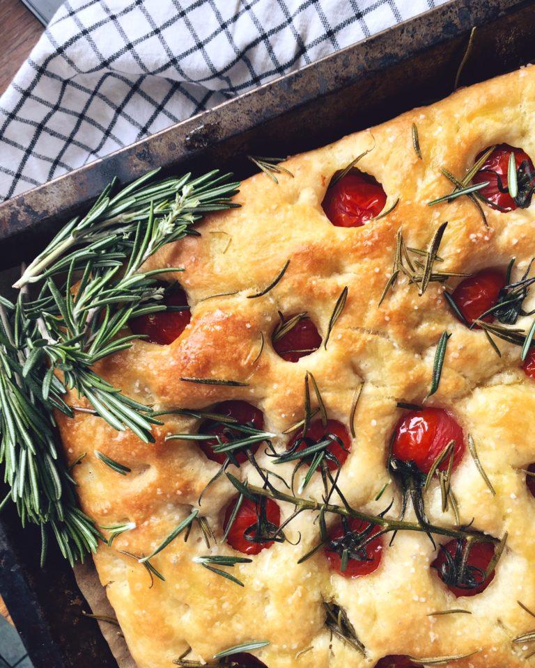 saulainā fokačas maize - muļķudroša recepte Itāliju mīlošajiem un visiem saules izslāpušajiem. svaigais rozmarīns, olīveļļa un ķirštomātiņi kopā likti aizvedīs mūs līdz Florencei un atpakaļ.