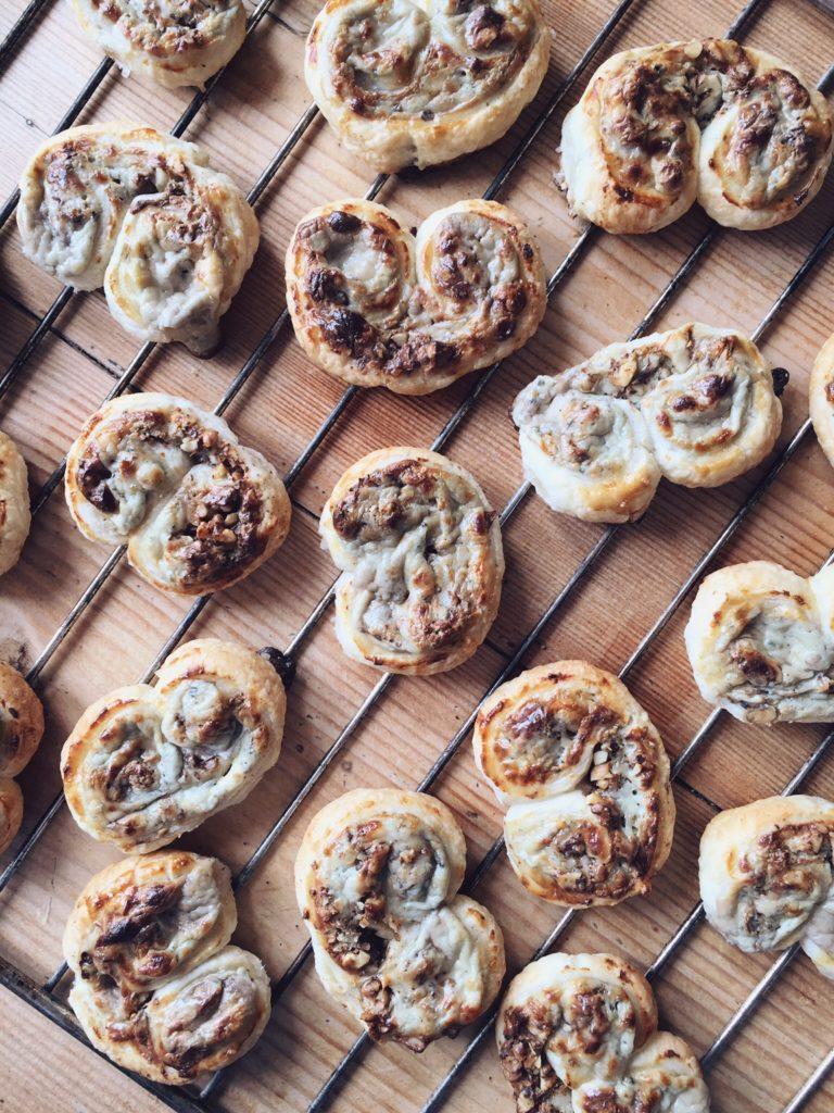 sāļās uzkodu austiņas - uzkoda visiem tiem, kam sirdij tuvāki pīrādziņi kā cukuroti cepumi - uzkodu austiņas ar zilo sieru un valriekstiem viducī.
