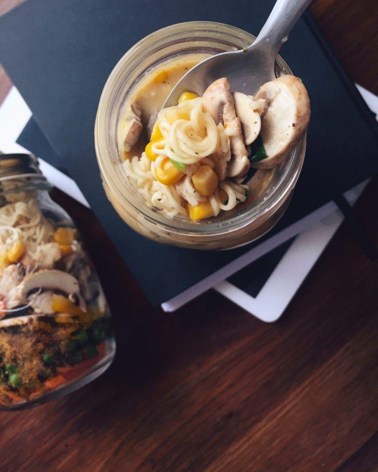 ātrā takeaway dārzeņu zupa ar Roltona makaroniem - daudz svaigu dārzeņu, Roltonmakaroni un slepenā sastāvdaļa - Dzintara kausētais siers. visu saliek burciņā, aizskrūvē vāciņu un ņem līdzi uz darbu vai piknikā. kad vēders tukšs, burciņas saturu aplej ar ūdeni, kārtīgi sakrata un ēd tieši pēc 5 minūtēm.