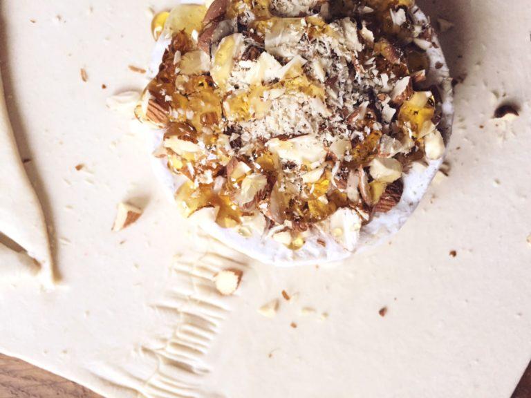 kamambēra siers kārtainajā mīklā - ar diviem sieriņiem pietiks 4 ēdelīgiem brokastēdājiem. siera maigais sāļums, medus saldums, nelielais riekstu kraukšķis un viss ietīts kārtainajā mīklā. romantiski, ne tā?