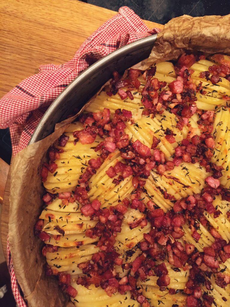 kartupeļi svētkiem ar bekonu un timiānu - lūk,ideja, kā ierasto svētku vai brīvdienu galda saturu papildināt nevis ar vārītiem kartupeļiem, bet aromātiskām, bekonā un timiānā ceptām kartupeļu šķēlītēm. tie tik ir svētki!