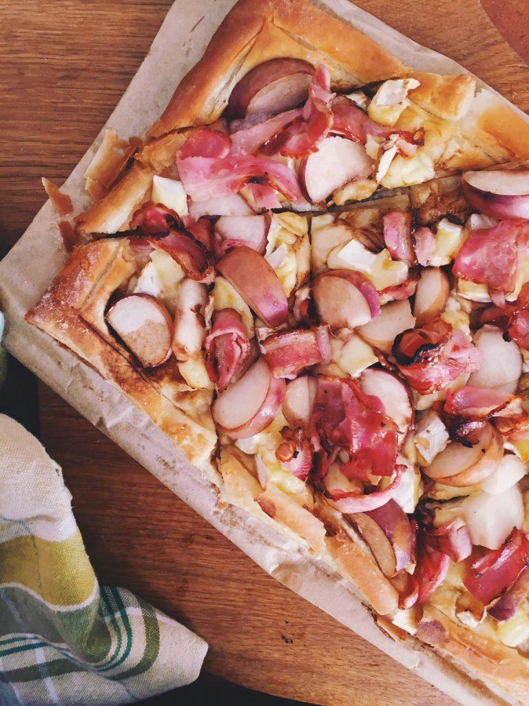 bekona-persiku brokastu uzkoda - šī kārtainās mīklas uzkoda noderēs gan brokastīm, gan draugu tikšanās reizēm. grūti atcerēties ko ātrāk pagatavojamu, taču, ja kas tāds parādīsies, es jums par to ziņošu.