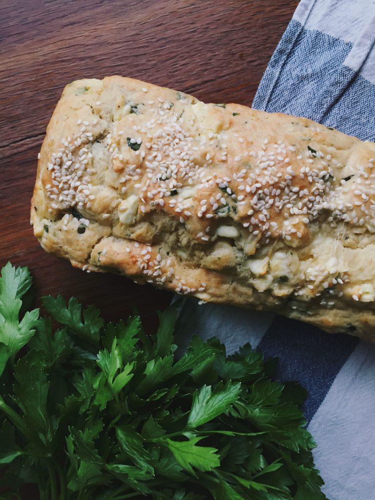 ātrā maize ar baziliku un sieru - šis būs pa spēkam pat tiem, kam problēmas sagādā uzcept olas - ļoti aši, supergardi un vienkārši.gardi būs ēst svaigu maizi ar tomātiem, citiem zaļumiem, pesto, desām, sieriem un visu citu - cik smaržīgi, tik gardi.