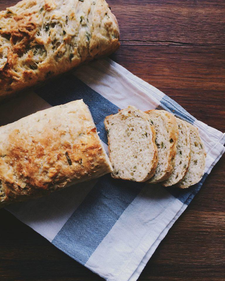 maize ar karamelizētiem sīpoliem - man patīk gatavot maizi. patīk taisīt mīklu, gaidīt, kad tā uzrūgst, tad atkal pagaidīt, tad cept, tad priecāties. kad visādas maizes receptes apgūtas, tad ķeros klāt pie kā jauna, un šis mēģinājums bija tā vērts. aromātiska, svaigi cepta maize sīpolmīļiem! te jau viņa nāk!