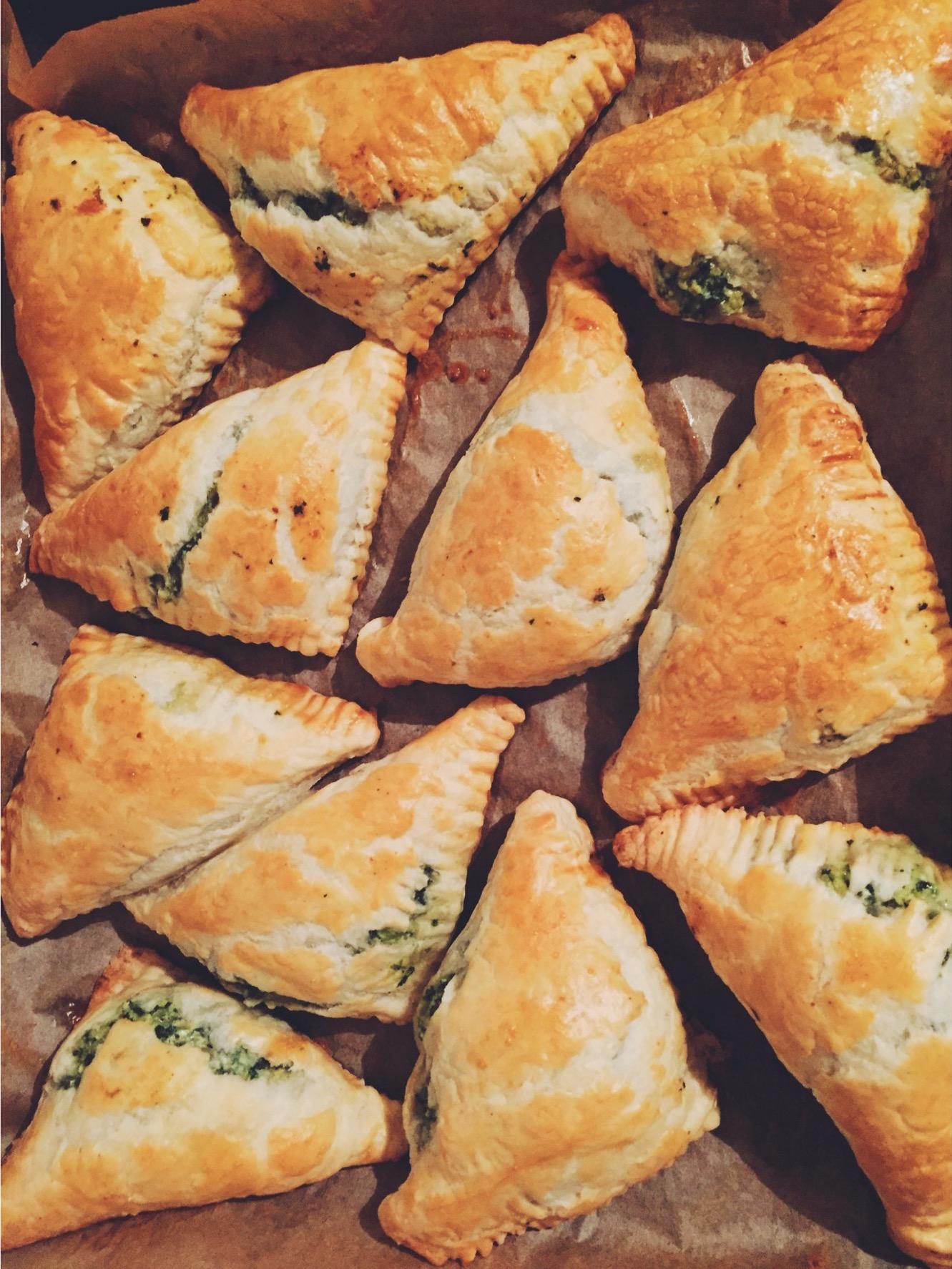 spinātu-rikotas siera pīrāgi - ja vien viss dzīvē būtu tik vienkārši, kā pagatavot šos pīrāgus.. pateicoties saldētavā esošajiem kārtainās mīklas krājumiem, tie ātri tiek pagatavoti un vēl ātrāk pazūd, bet nekas, jo saldētavā vēl joprojām ir kārtainā mīkla.