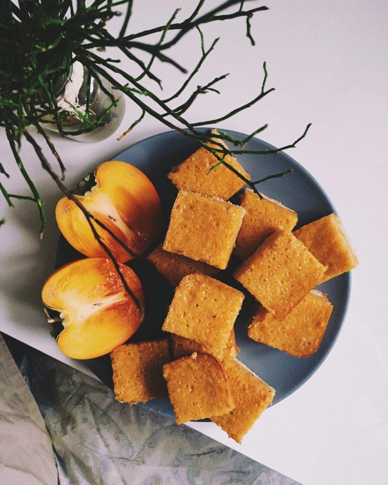 hurmas un apelsīnu stūrīši - atklājot maģisko triku, kā cietos hurmas augļus nogatavināt vienas nakts laikā, sapratu, ka to nevar atstāt bez ievērības. recepte oranžos toņos ar hurmu, apelsīniem un cepumu-drupaču tekstūras pamatni - hurmas&apelsīnu stūrīši.