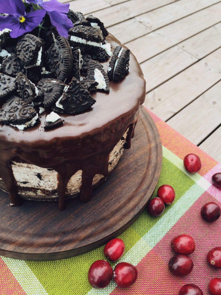 šokolādes kūka ar Oreo cepumu krēmu - šokolādīgas biskvīta kārtas ar kafijas piesitienu + gaisīgs krēms ar Oreo cepumiem + tas viss apliets ar šokolādes virskārtu. aicinu ielūkoties kafijpauzes ideālajā kombinācijā!