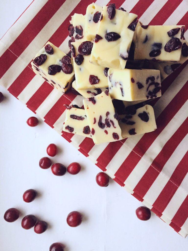 mīkstie šokolādes & dzērveņu gabaliņi - baltā šokolāde un dzērvenes kopā sader kā cimds ar roku. mīksta šokolādes masa, kas pilna ar kaltētām dzērvenēm garšo pēc izdevušās dienas.