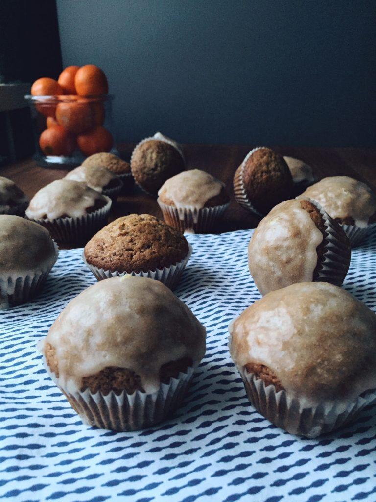maffini ar Ziemassvētku garšu - no norādīto sastāvdaļu daudzuma iespējams pagatavot 24 maffinus. ņemot vērā, cik daudz labu un siltu garšvielu pievienotas mīklā, rezultātā iespējams patiešām 'iekosties Ziemassvētkos'.