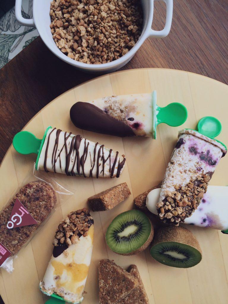veselīgais saldējums - augļi + InGozemesriekstīgais muslis + grieķu jogurts +šokolādes glazūra = figūrai pavisam nekaitīgs, bet gards našķis. teikšu atklāti - ja pareizi pagatavo šokolādes glazūru, iekožoties saldējumā, kraukšķis ir neaprakstāmi labs.