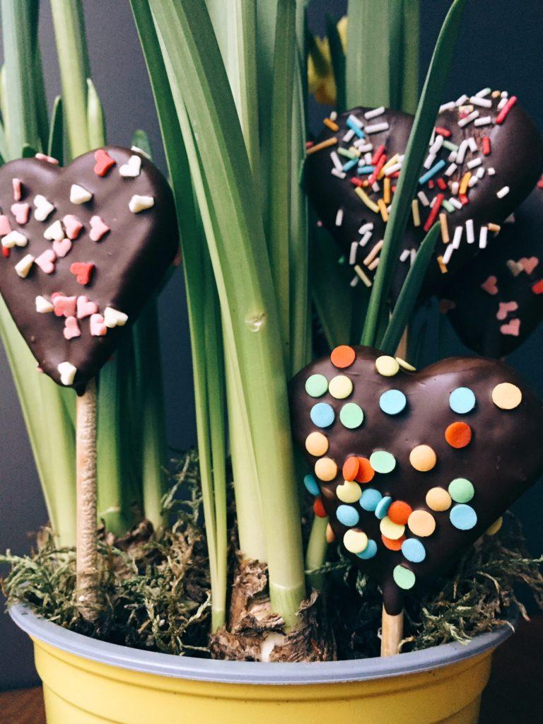 sirsnīgie Valentīndienas cepumi uz kociņa - visiem, kuri Valentīndienu svinēs divatā, novēlu bučoties uz nebēdu. tiem, kuri to atzīmēs pa vienam, aicinu priecāties, ka sega nav jādala uz divi. tiem, kuriem plānu vēl nav, iesaku uzcept cepumus.