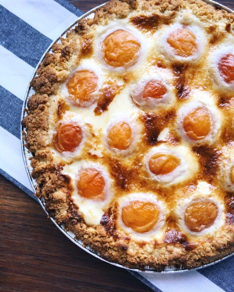 aprikožu laika pīrāgs - aprikožu laika pīrāgs ar drupaču pamatni, krēmsiera viduci un pašām aprikozēm virspusē.