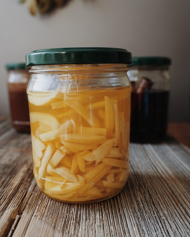 - Citronu ekstrakts:3 citronu miza (atbrīvota no baltās daļas mizas iekšpusē)250 - 300 ml degvīns (vismaz 40%)