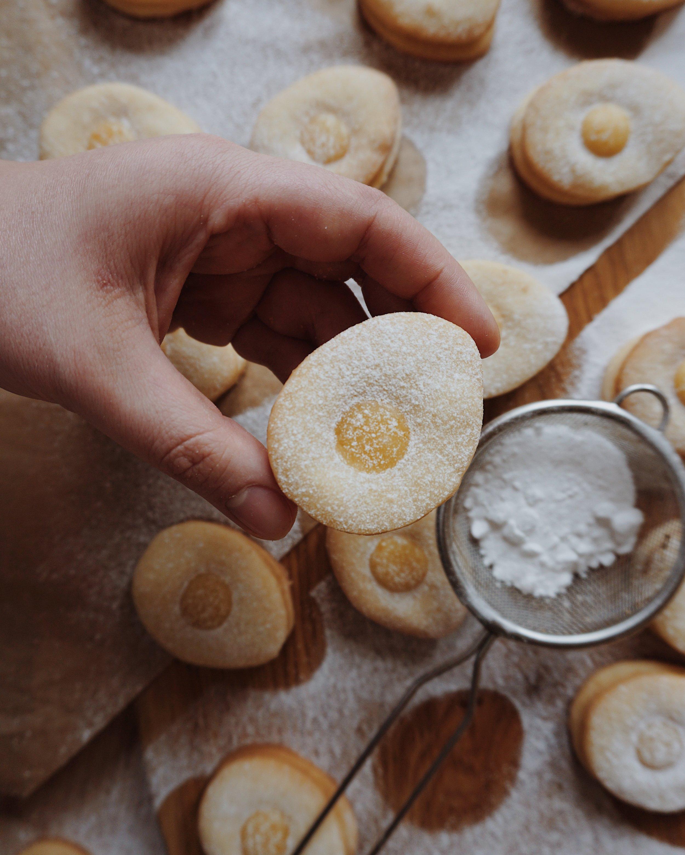 Lieldienu cepumi - olu cepumi bez olām? jā, tā var. tos, kam olu krāsošana Lieldienās neiet pie sirds, aicinu pievērsties olu cepšanai. maigi sviesta cepumi ar spēcīgu apelsīnu karameli.