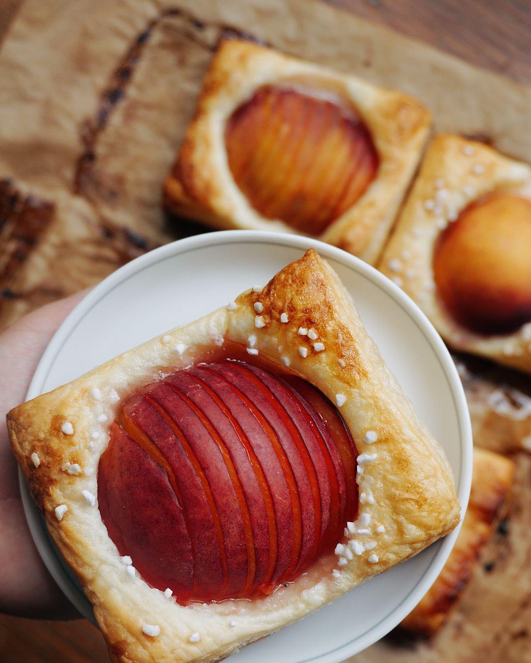 saldā persiku uzkoda uz ašo - pasaulē vienkāršākais un slinkākais deserts -līdz sīkumam labs, līdz sekundes simtdaļai ātrs.