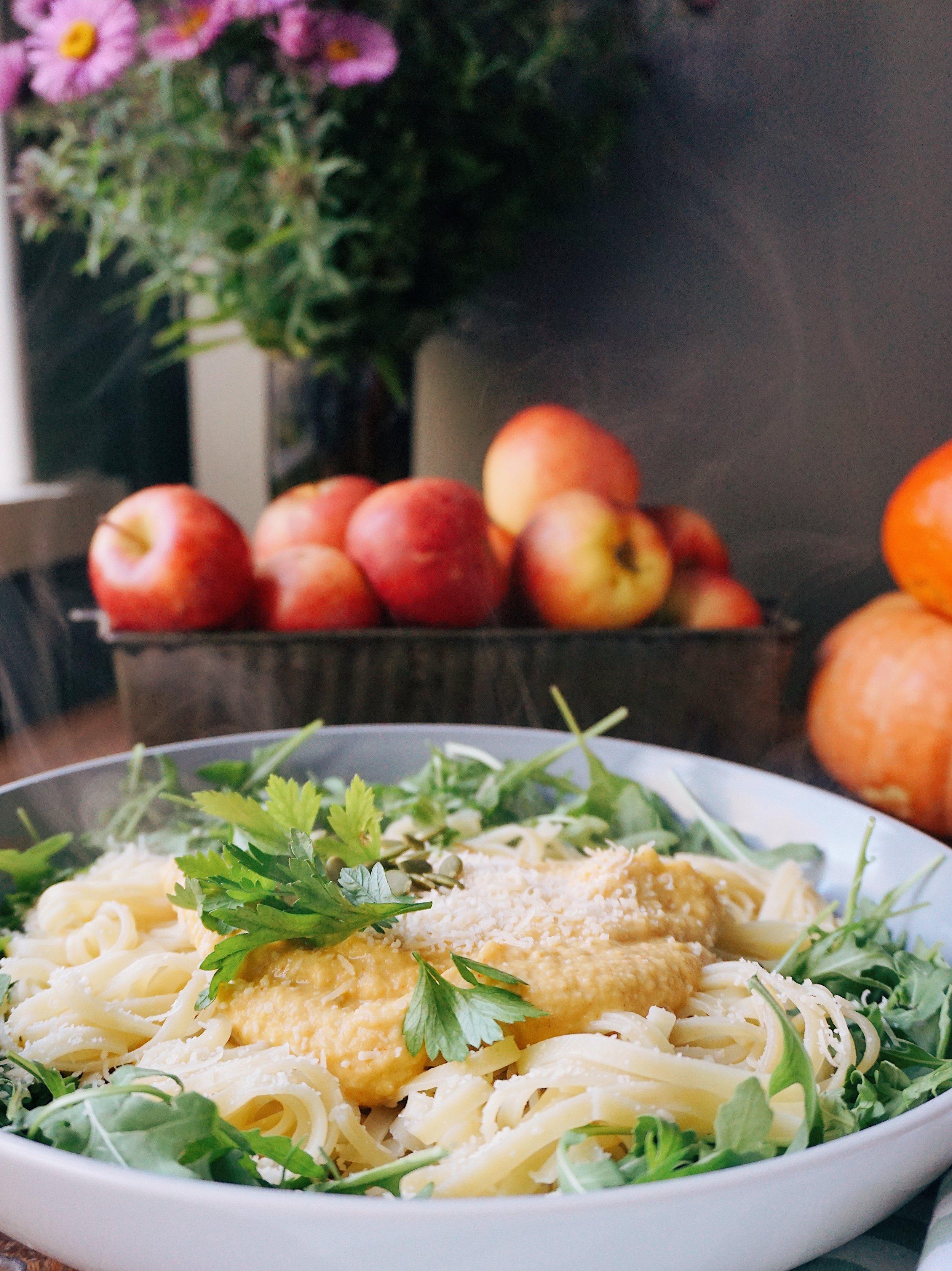 dzeltenā ķirbju mērce - jūs jau ziniet, ka ķirbi rudenī var ieslēpt gandrīz visos brokastu, pusdienu un vakariņu ēdienos. šoreiz to paslēpu krēmīgā pastas mērcē.