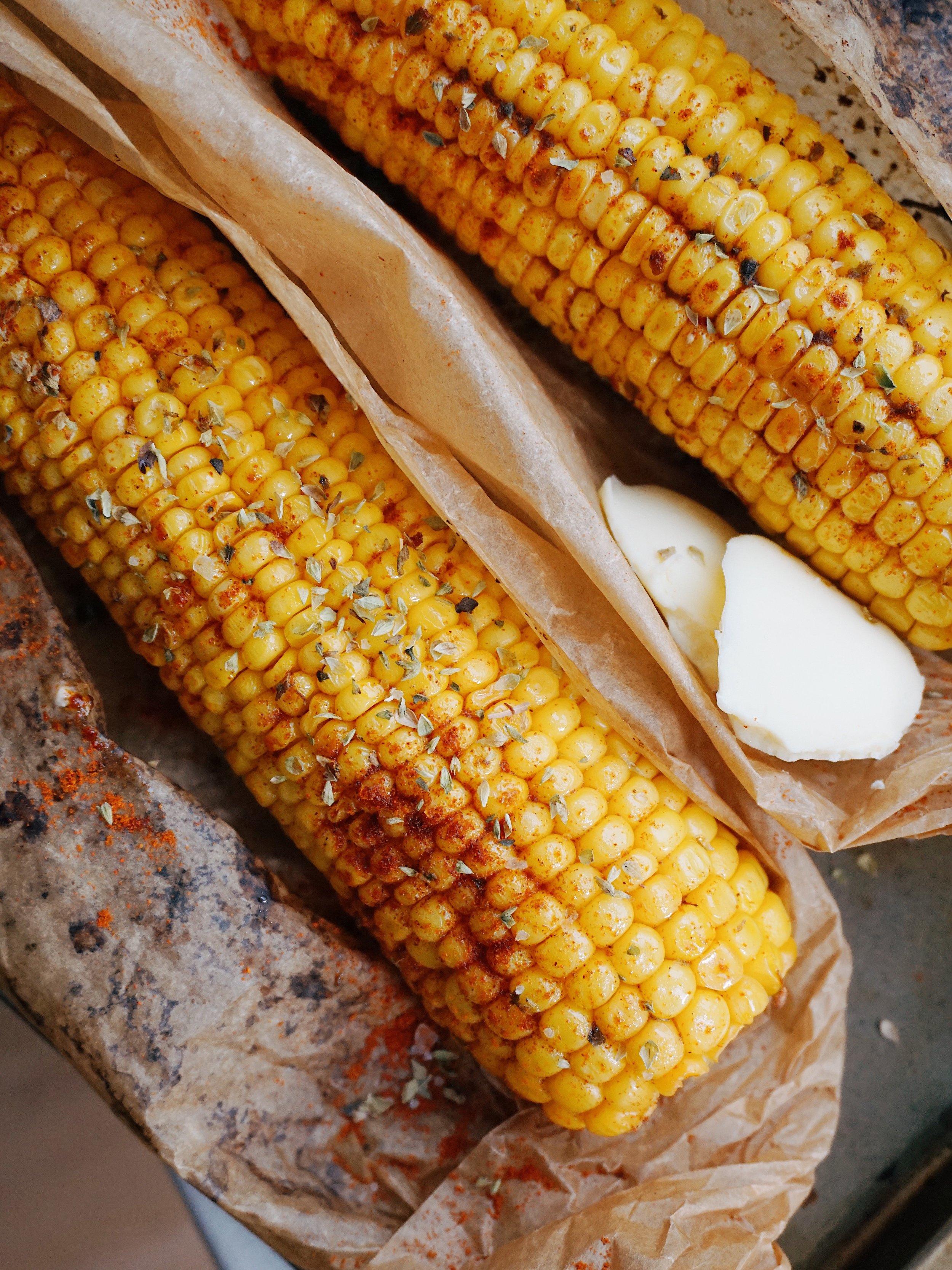 cepeškrāsnī gatavotas kukurūzas vālītes - kukurūza tikko no cepeškrāsns ir mīksta, mazliet kraukšķ un kopā ar sviestu drusku garšo pēc laimes 🌽