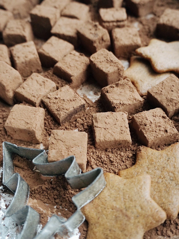 šokolādes trifeles ar Ziemassvētku garšu - vēl viena ideja svētku dāvanām, kas šokolādes mīļotājiem liks izkust līdz ar mutē paņemto šokolādes trifeli. šoreiz ar kraukšķīgiem piparkūku gabaliņiem iekšpusē, jo nav Ziemassvētku bez piparkūkām, ne tā?