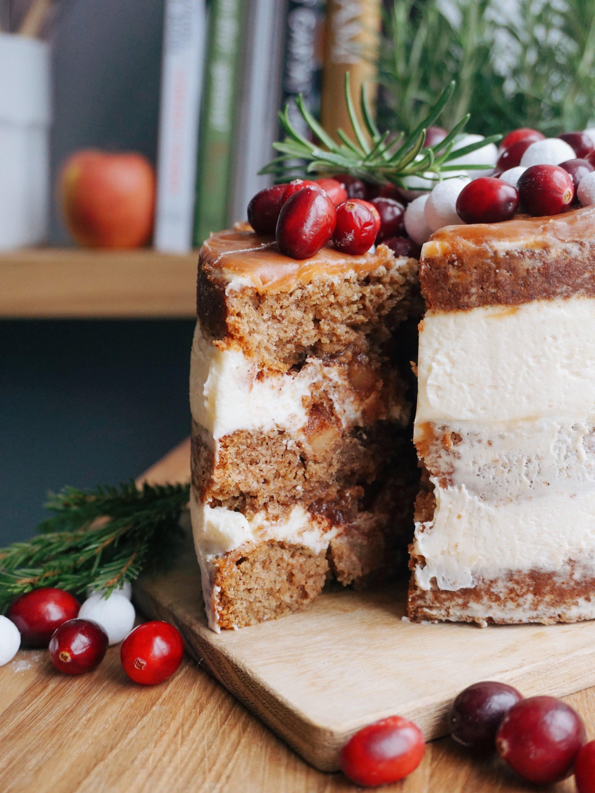 ābolu kūka ar karameli - āboli, karamele, kanēlis, kafija, krēms un kūka gatava. dekorēt to var pēc sirds patikas, šoreiz man tapa tāda kā