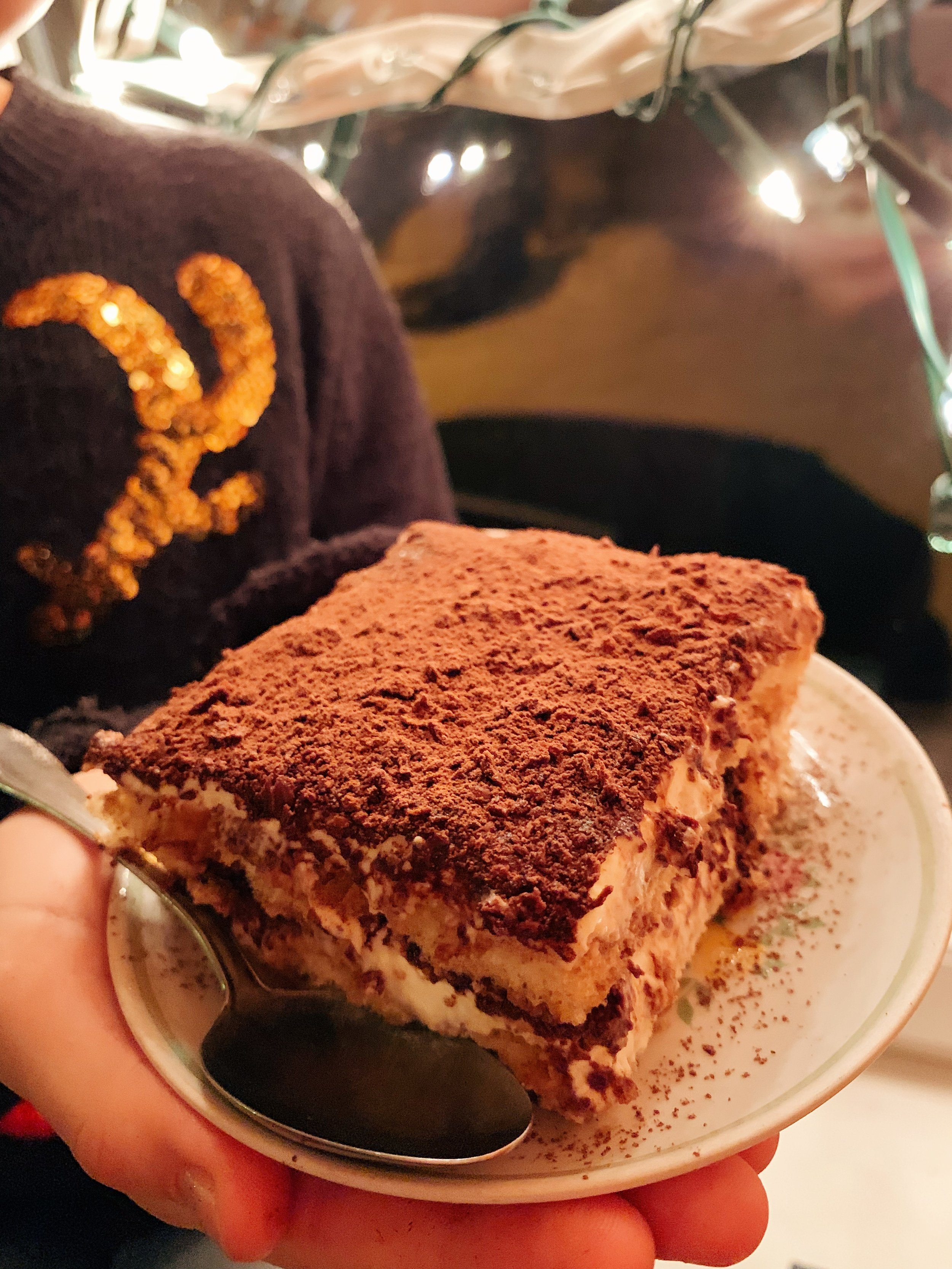 """mūsmāju tiramisu ar šokolādi - no pieredzes varu teikt, ka šito tiramisu var pagatavot divatā tieši 15 minūšu laikā (tas tā, ja ir laba sadarbība un drusku pieredzīte 😄🙈). kas tālāk? tālāk tas jāatstāj gatavoties vismaz stundas 8 - 10, tad tas būs izcili labs, savilcies un gatavs pasniegšanai 🍽 tiramisu drusku garšo pēc """"svētki nekad nebeidzas"""" un šim laikam tas ļoti labi piederēsies ✨"""