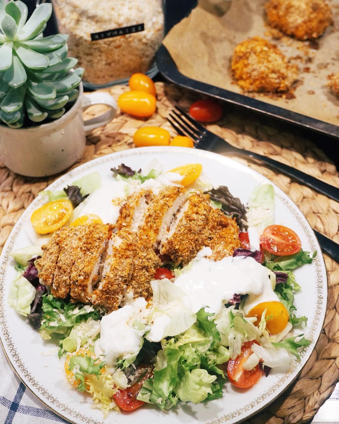 salāti ar kraukšķīgo vistu - labrīt, brīvdienotāji, vakar pavēlā vakarā uz ašo pagatavoju kraukšķīgās vistiņas salātus, bet nogurums darīja savu, tāpēc šito brīvdienu pusdienu/vakariņu recepti nododu jums tikai šorīt no rīta. lai labi garšo!🍽🥗👇🏻