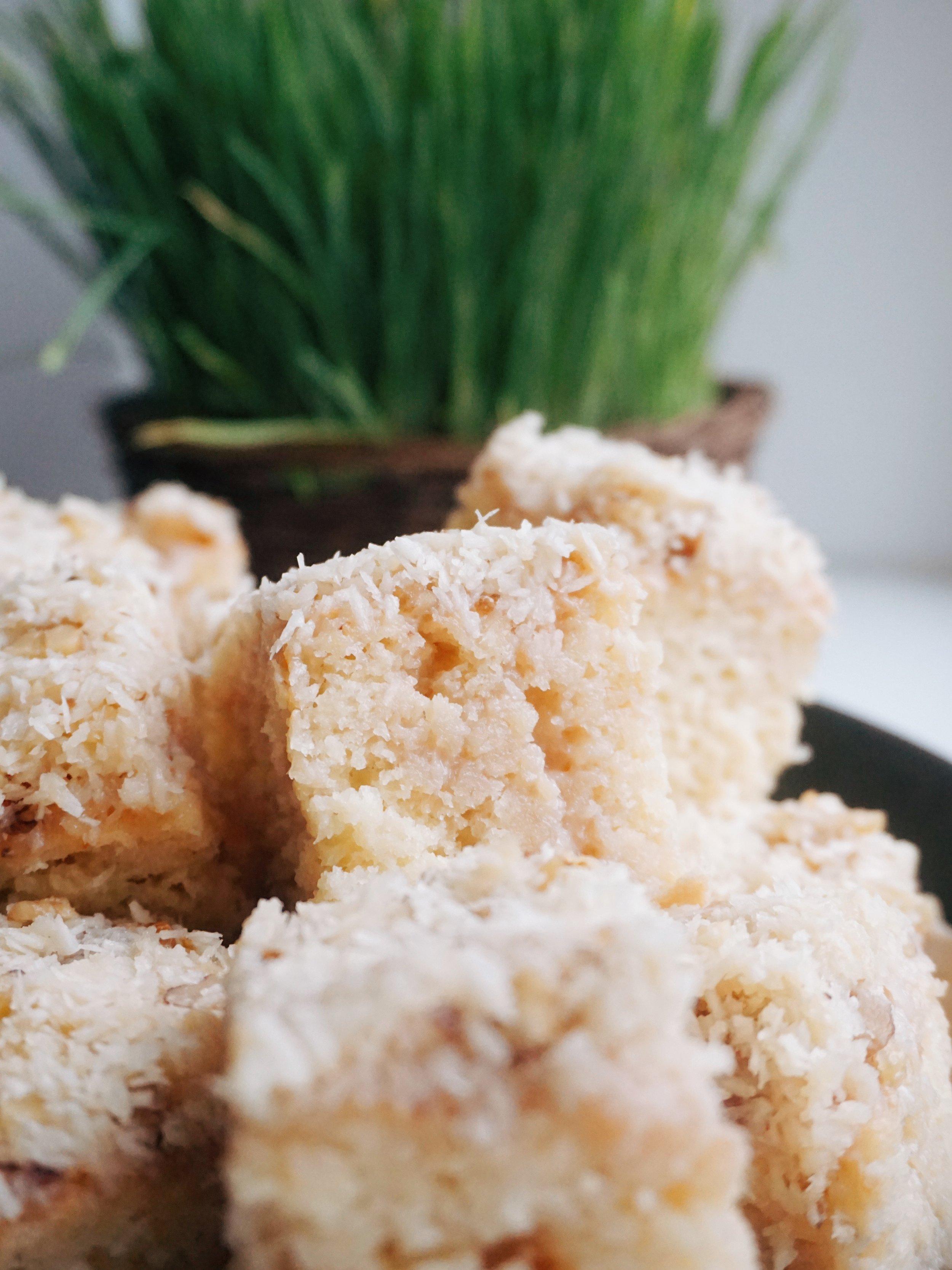 ķepīgā ananasu plātsmaize ar kokosriekstiem - pavisam vienkārša plātsmaize ar pavisam neparasti pilnīgu garšu. plātsmaizes virspusē uzlietā kokosriekstu glazūra būs iesūkusies viscaur plātsmaizes viducī un līdz pēdējam stūrītim pārvērtusi to ķepīgā laimē.
