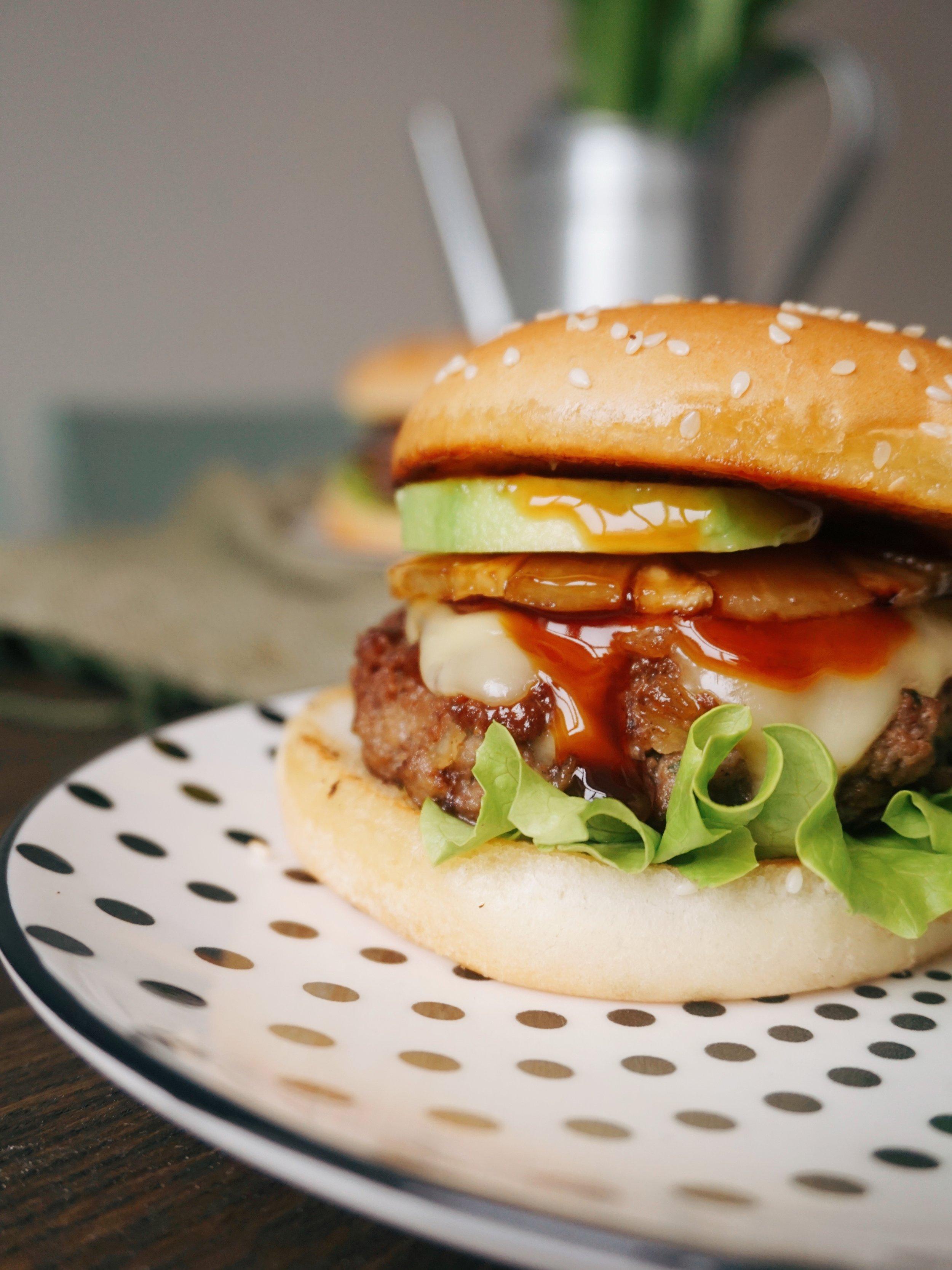 sulīgais teriyaki burgeris - varu apsolīt, ka šie būs sulīgākie burgeri, kādus jūsu būsiet pagatavojuši un, šo rakstot, man mutē sariešas siekalas, tas jau vien ir rādītājs 🤤 grauzdētas maizītes, sulīgas maltās gaļas kotletes, apceptas ananasu šķēlītes, vēl šis tas un visam pāri saldskāba teriyaki mērce, kas burgera sastāvdaļas savedīs kopā vienā skaistā dancī kā dejotājus deju svētku lieluzvedumā Daugavas stadionā 🙌🏻