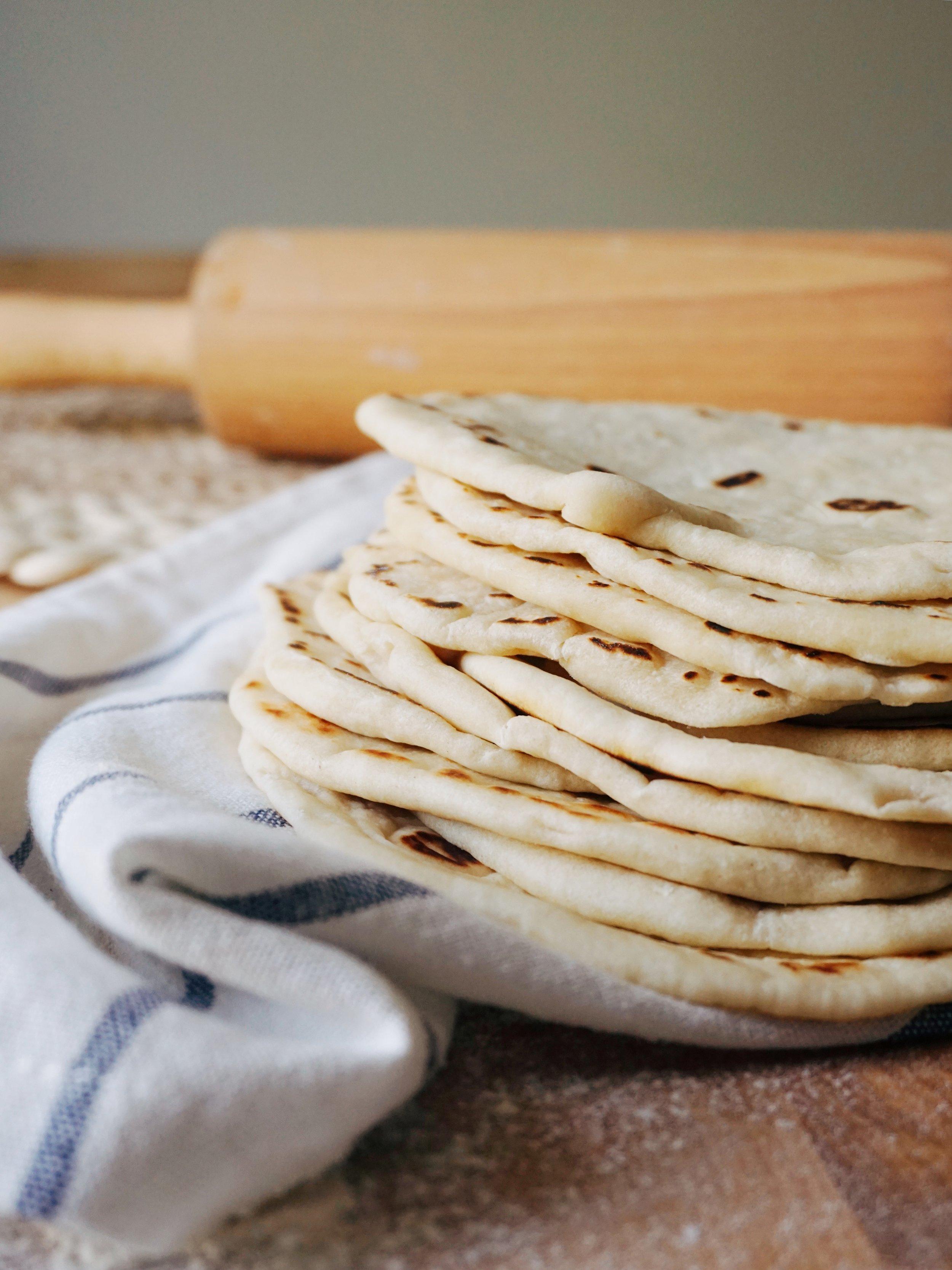 tortillas maizītes - aizmirsi veikalā nopirkt tortillas maizītes, bet pildījums jau gatavs? apsolu, ka tās pavisam aši vari uzcept mājās un jau gatavas sasaldēt nākamajām reizēm. beigu beigās vienmēr tās būs mājās, kad vien uznāks luste gatavot tako vai tortillas maizītēs sapildīt visas vakariņu sastāvdaļas.