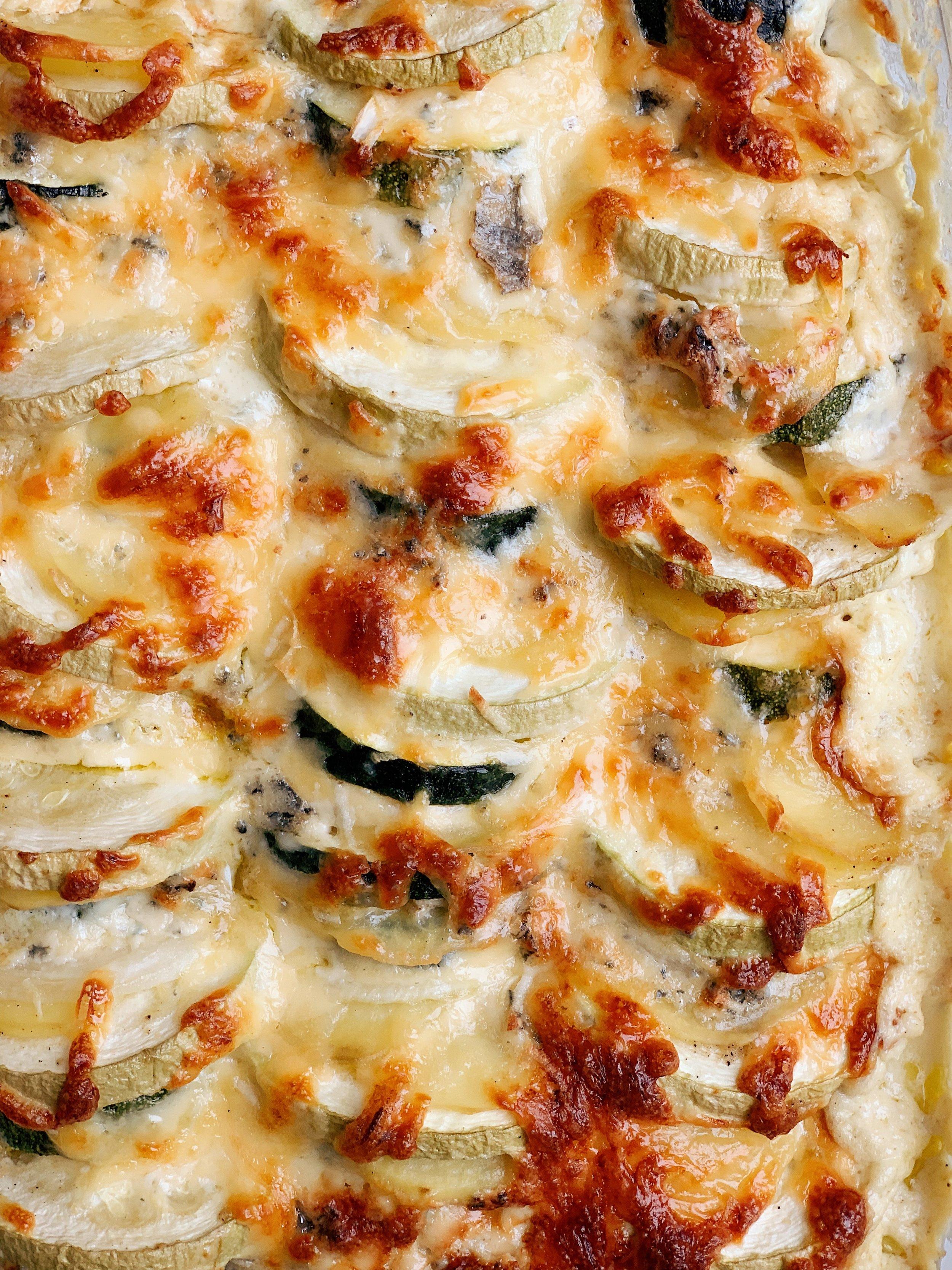kartupeļu un kabaču sacepums ar sieru - stabs, stabs, koks, koks, māja, māja, siers, siers, kabacis, kartupelis, brokastis, pusdienas, vakariņas 🍽🧀🥔 kabaču un kartupeļu sacepums ar divu veidu sieriem, apbrūnējušu virspusi un sierainu mērci apakšpusē būs ļoti labs sabiedrotais kabaču laika maltītēm.