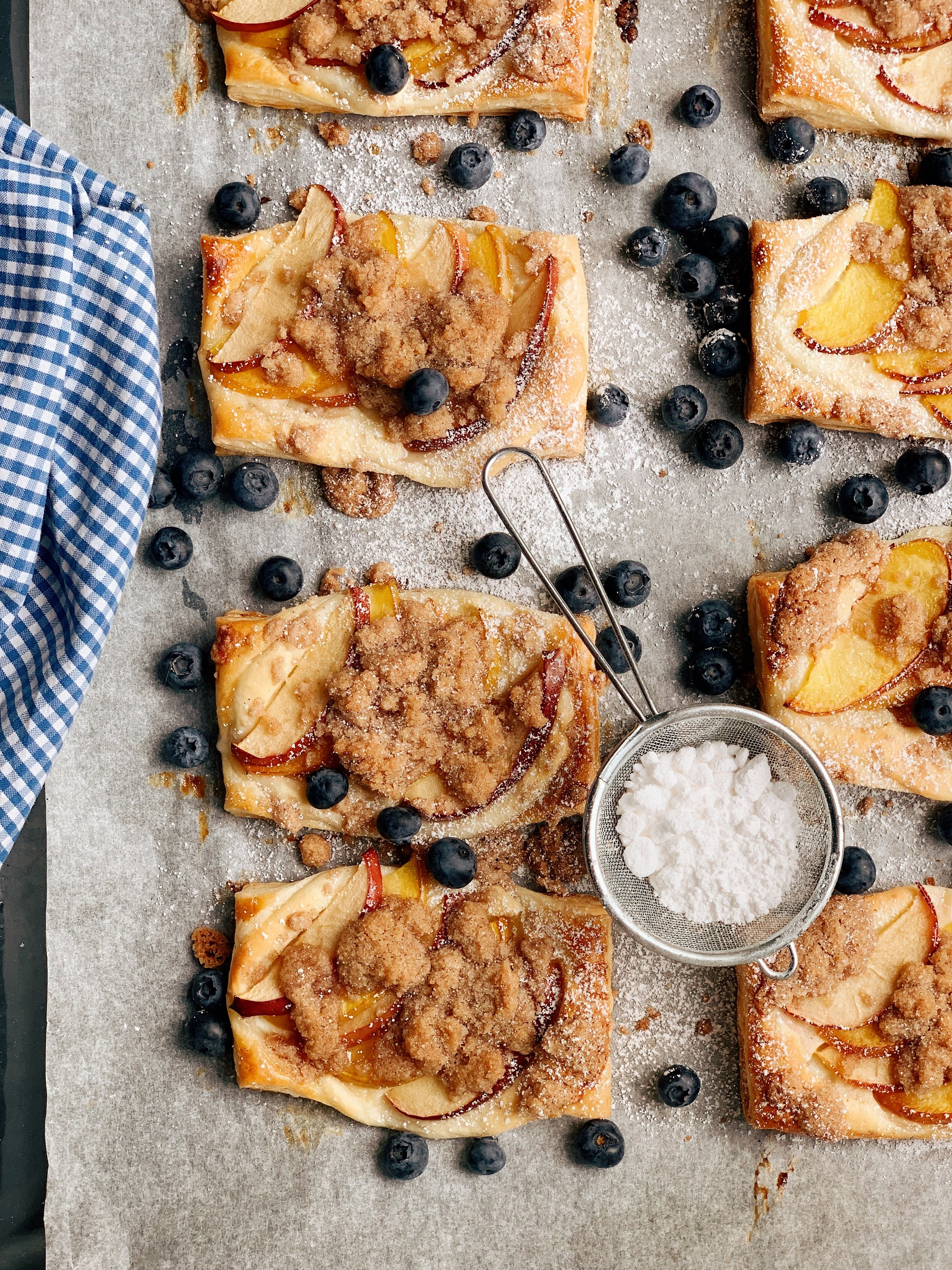 ābolu un nektarīnu maizītes ar svaigā siera krēmu - ja man piederētu bulciņu bode, šitās gatavotu katru rītu bez izņēmumiem - vienkārši, aši un garšo visiem - ir i kārtainā mīkla, i augļi, i drumstalas, i krēmīga pildījuma daļa. ja man kādreiz būs tā bulciņu bode, apsolu, ka uzaicināšu ciemos :)