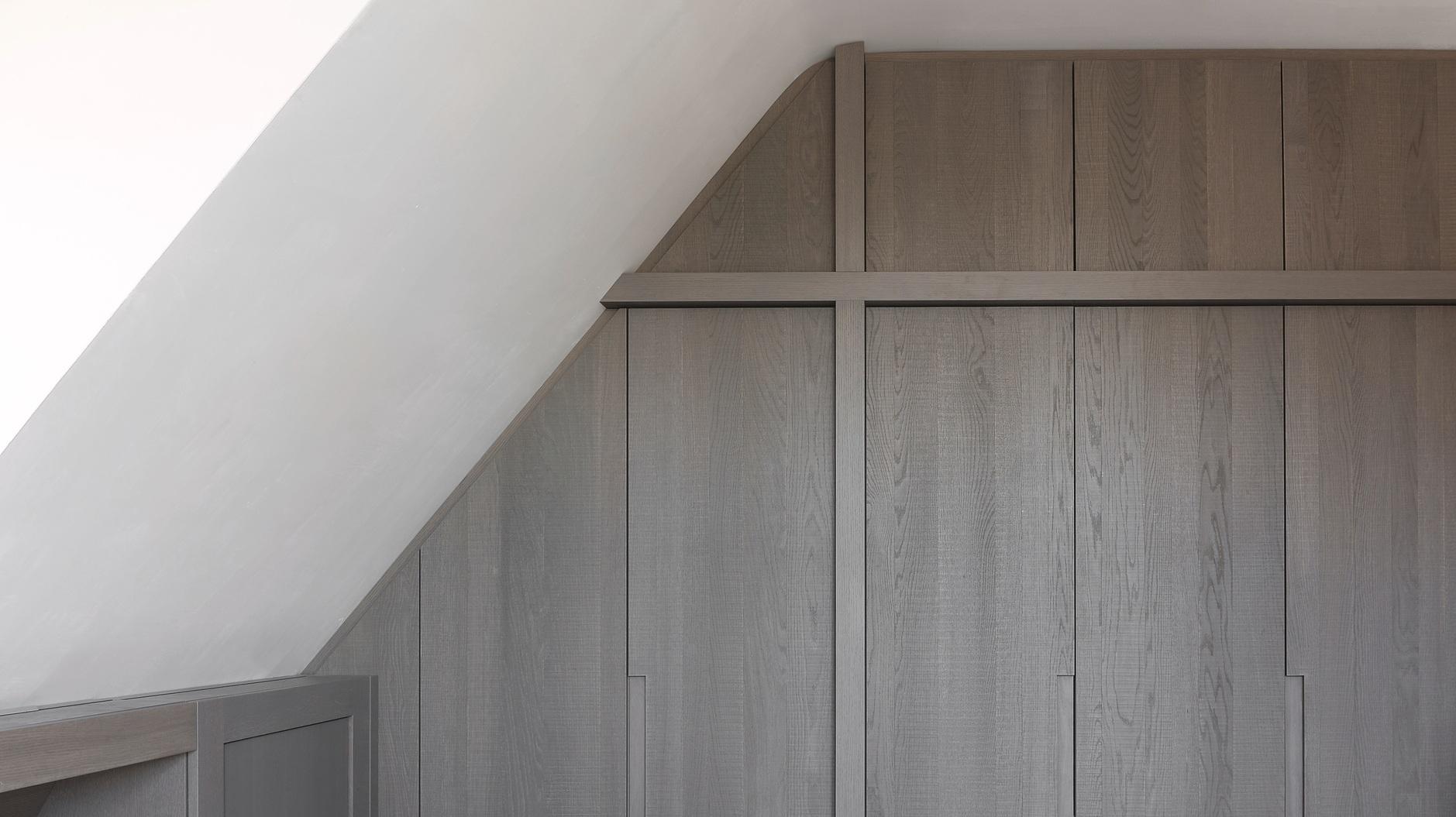 Binnenhuisinrichting van herenhuis in Gent, zicht op haard vervaardigd uit geborstelde eik fineer afgewerkt met matte vernis.