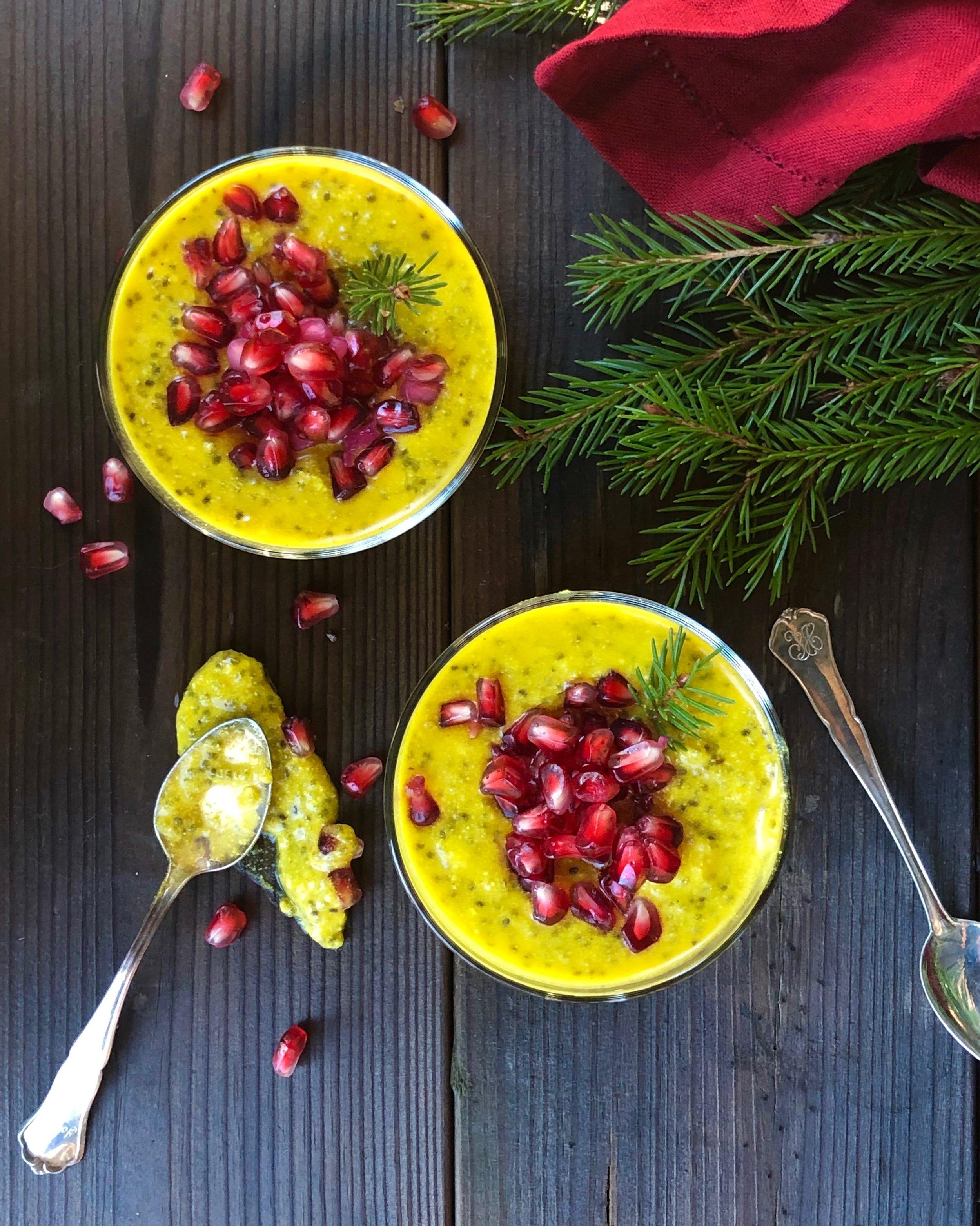 Mellanmål och frukostar som står klara i kylen är något vi gillar! Den här godingen passar lika bra även efter juletid med vanilj och hallon som exempel!