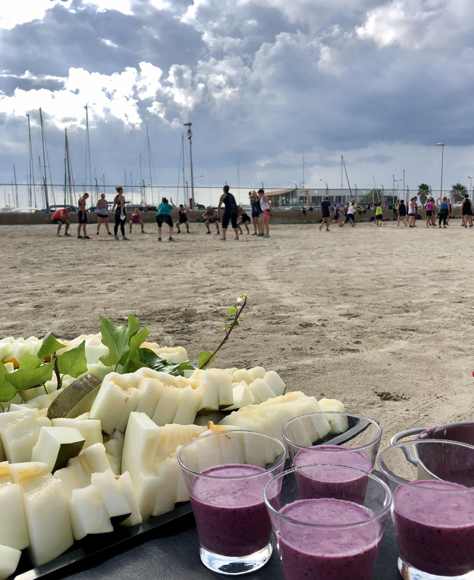 Kanske absolut bäst - om vi får välja är ju mat och träning ihop. Mat är ju som ännu lite godare då. Därför släpar vi gärna ner melliset till stranden. Ni tränar- vi fixar maten!