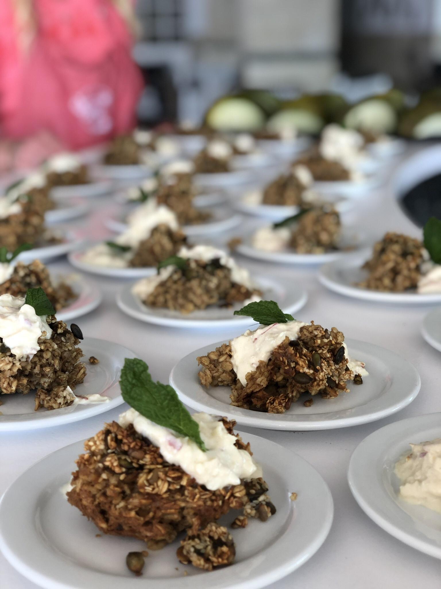 Bakad havrekaka med egenkryddad vaniljyoghurt och krispiga frön serverat efter ett corepass och innan ett danspass. -