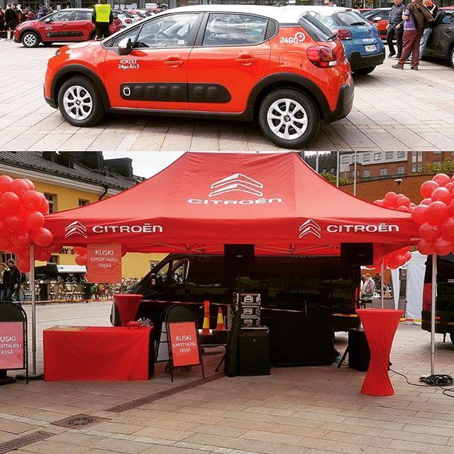 Tänään narikkatorilla oli 50 kappaletta Citroë C3 personoituja ilopillereitä 🙋 Nämä yhteiskäyttöön luovutetut ihanuudet on varattavissa 24Go.fi/c3. Bongaa vapaa söpöliini ja hyppää rattiin 😃👊 #citroensuomi #CitroënC3 #24Go #luovatpalvelut #vaikuttaviatapahtumia