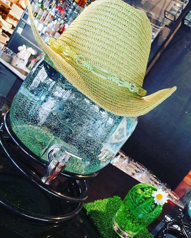Huh hellettä ☀️ Muistakaahan ystävät juoda! Tänään ollaan järjestämässä asiakkaamme henkilökunnan kesäjuhlia eli ollaan #luovissahommissa 🙋#paitamärkänäotsahiessä #hauskaaonollut #tapahtumatuotanto #luovatpalvelut