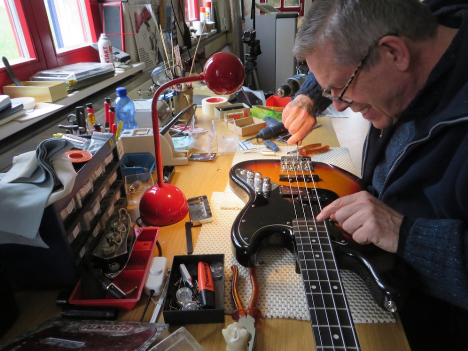 Pimp it up! - Wenn der Bass nicht mehr so klingt wie er sollte, und sich auch nicht mehr so gut anfühlt, können wir helfen. Wir bauen nicht nur Neuteile, sondern restaurieren und überarbeiten auch bestehende Instrumente so, dass sie komfortabel bespielbar sind und richtig gut klingen. Seit Mr. Bassman´s Zeiten hab ich da einen Riesenspass dran, abgeranzte Bässe und Gitarren wieder auf Vordermann zu bringen! In den alten Teilen steckt noch jede Menge Leben - Wir holen´s raus!