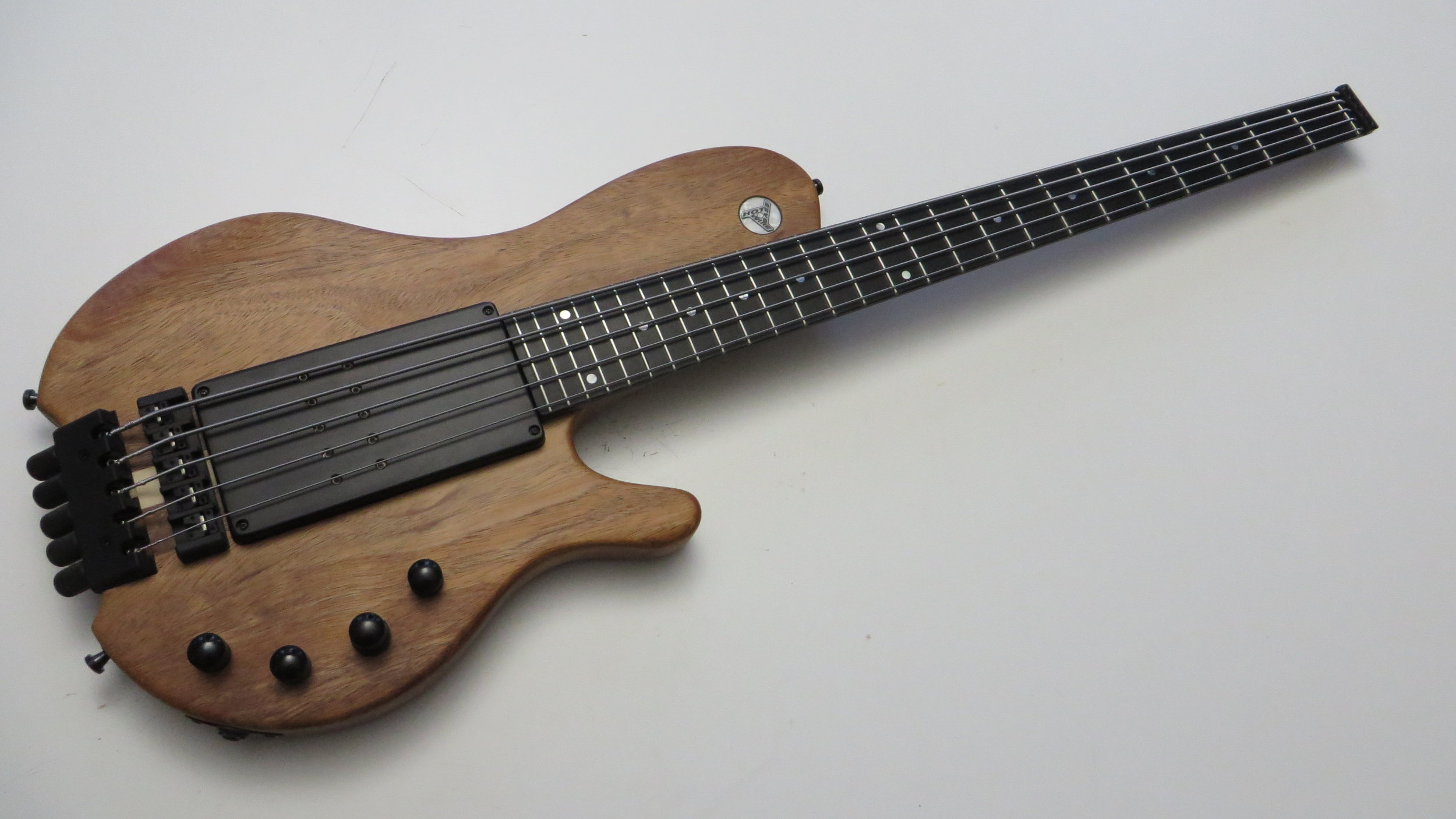 SC LONG RAMP - All elements of the Single Cut Long Ramp were discussed and thought through together with the customer on site. So a long scale headless with neck-thru was created, with slightly narrower string spacing and 26 frets: