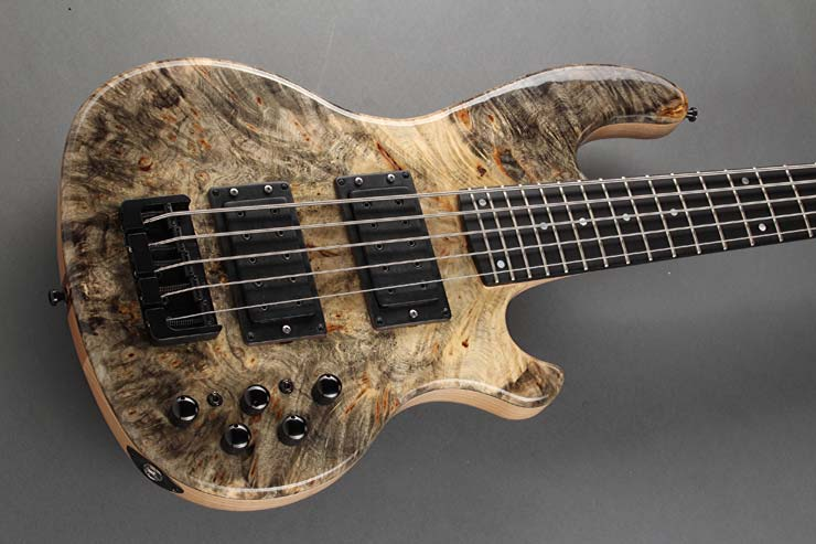 INLAW BUCKEYE BURL 524 XXL - The thru-neck, constructed from several strips of maple and sapele mahogany, provides a balanced tone and a very special feel. The XXL scale with a sounding string length of 900 mm guarantees a ultra-deep sound on the thick strings. The body consists of two parts of swamp ash. The high-gloss finish brings out the finer points of the noble Buckeye Burl top particularly well.