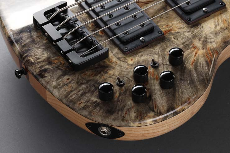 Active - Our W-Bucker thumps out a huge sound already in passive mode. These power pickups are combined here with a Noll three-band tone control with active bass, treble and center controls. In addition, the pickups can be switched serially, in parallel and as a single coil, so a very authentic J-bass tone is possible, or a P-bass sound, a very fat or a slim sound.