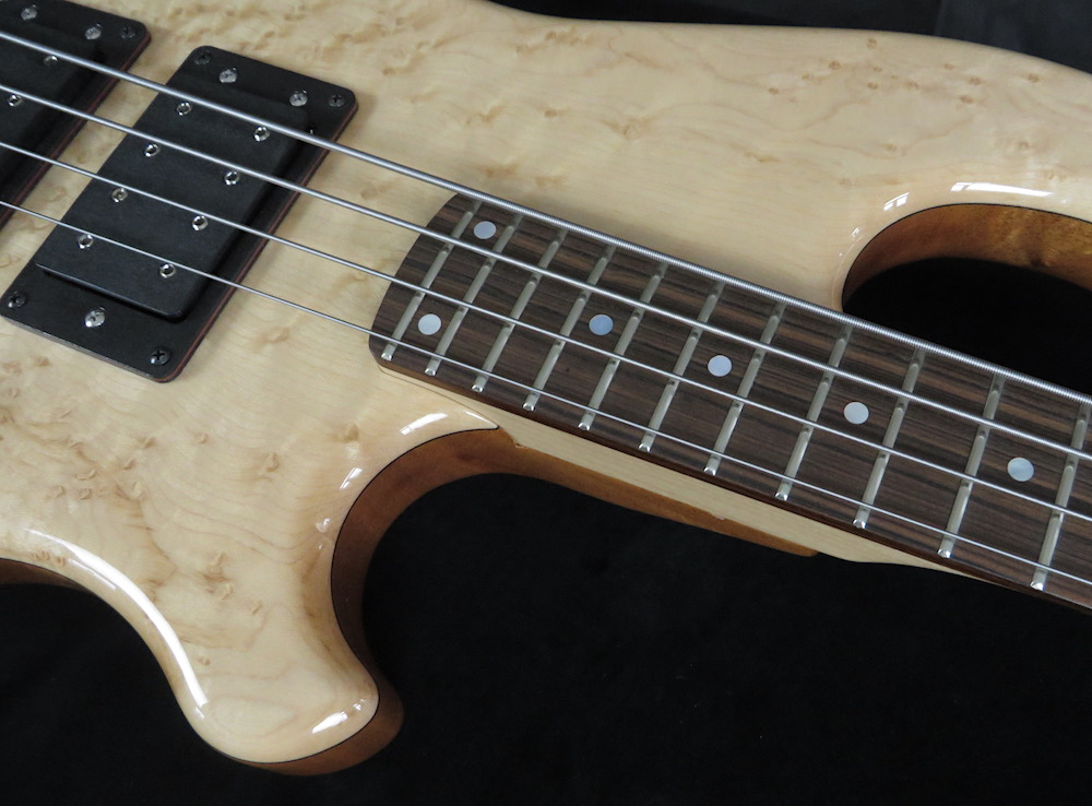 Mahogany - The body is made of khaya mahogany. The high-gloss finish brings out the subtleties of the noble top particularly well. The bolt-neck is made of several stripes: hornbeam in the middle, bordered by sapele and maple stripes. The Pau Ferro fretboard looks good, sounds good, does not fall under the CITES regulation and thus allows stress-free border crossings, no papierwork involved.