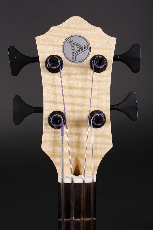 Flatwound - Nur mit Flatwound-Saiten zeigt der Blues Bass, was in ihm steckt! Für Blues und Jazz klingen z. B.Pyramid Gold Flatwounds sehr authentisch. Classic Sixties Rock kommt authentisch mit dem Plektrum rüber. Mit Pyramid Black Nylons kommt der kontrabassige Charakter noch besser zur Geltung.