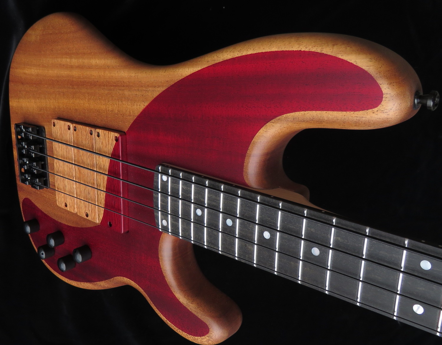 HOT WIRE CUSTOM SHOP - This is where bassist dreams come true! We can build your personal wish bass! Everything is possible: Fix the body shape, the neck dimensions, the scale length, the woods to use, the paintwork, hardware, pickups and electronics - everythingll!