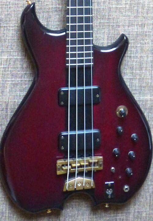 - 1984 bei Mr. Bassman gekauft, hat dieser Pangborn Bass mit durchgehendem Graphithals schon einiges mitgemacht. Aber er ist noch prima in Schuss, der Hals ist kerzengerade, die Kent Armstong Pickups haben vollen Output. Hier lohnt es sich, in ein Upgrade zu investieren, denn viele Pangborns wurden nicht gebaut, und die Marke gibt es schon lange nicht mehr.